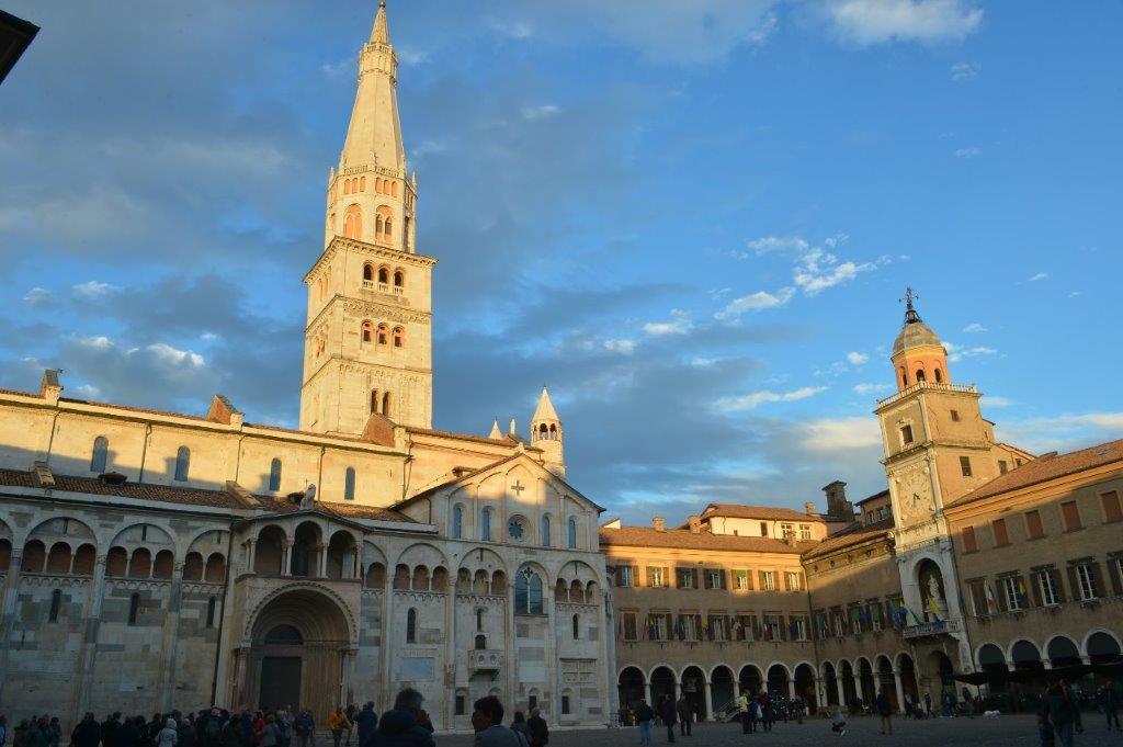 Duomo di Modena con visitatori e Piazza Grande